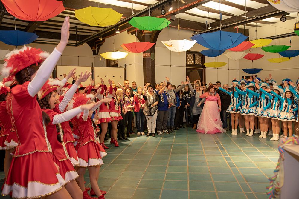 Karnevalsvereine, Tanzgarden und Stadtteilgemeinden hielten mit Helau und Schunkelrunden zum Abschluss der Karnevalskampagne Einzug im Marburger Rathaus.